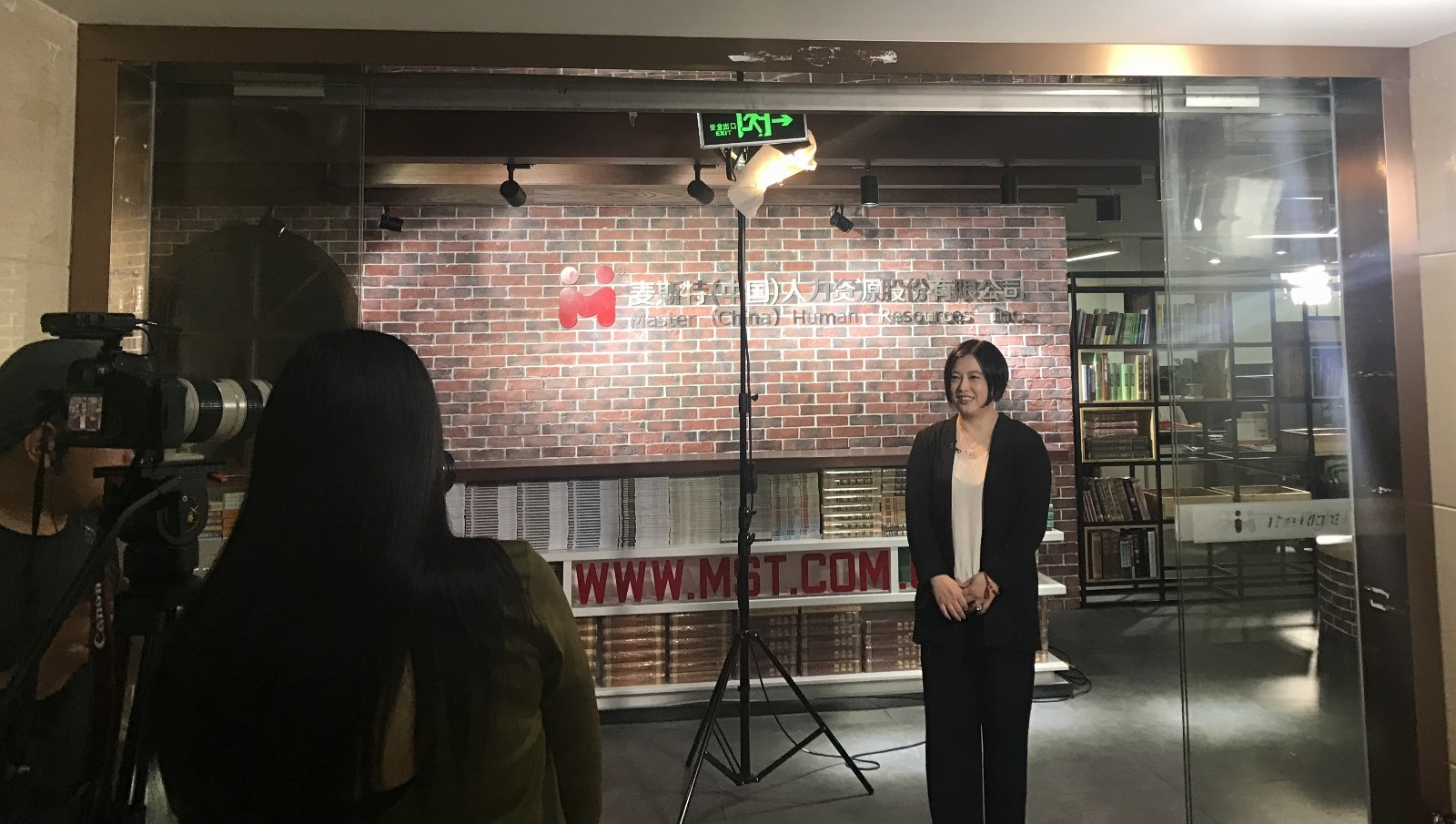 央視采訪李妍菲1.jpg